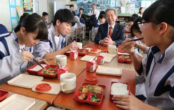 学校で温め直したデリバリー給食を味わう生徒たち