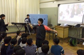 スカイプの画面を通じてフィリピンの児童とあいさつする児童 =山北町立川村小学校