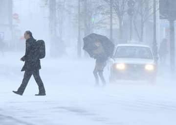 早朝から雪景色が広がり、時折ふぶいた青森市中心部=20日午前7時40分ごろ、同市長島1丁目