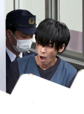 送検のため、新潟署を出る斎藤涼介容疑者=20日午前9時30分すぎ、新潟市中央区