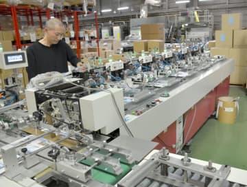 あけぼの印刷社が導入した自動封入・封かん機=茨城町奥谷