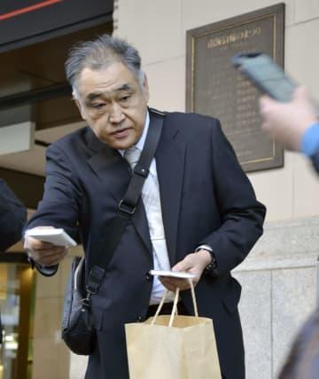 行方不明の吉川友梨さんの情報提供を呼び掛ける父永明さん=20日午後、大阪・難波