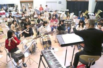 本番に向けて練習する玉野ウインドオーケストラのメンバー