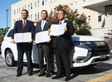 車の貸与について、協定を結んだ三菱自動車、和歌山三菱自動車販売、和歌山県の関係者(19日、和歌山県庁で)