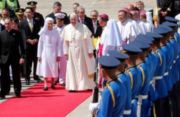 20日、タイの首都バンコクに到着、親族のアナロサ・シボリさんと並んで歩くローマ法王フランシスコ(ロイター=共同)