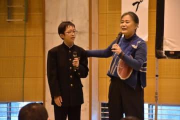 夏井いつきさん(右)が講師を務め、中学生や教員が俳句を作った句会ライブ