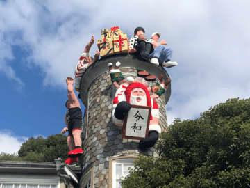 「世相サンタ(中央)」の周りに今年話題の人形が並ぶ(うろこの家)