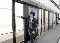あらゆる車種・編成に対応できるよう開発した次世代ホームドアの試作機=尼崎市長洲西通1、JR西日本テクシア次世代ホームドアテストセンター(撮影・後藤亮平)