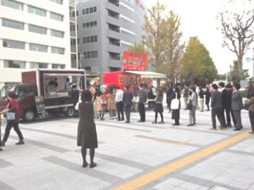 藤沢市役所前広場のキッチンカー=藤沢市