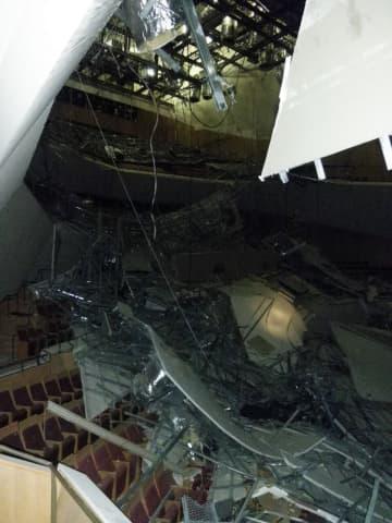 東日本大震災の影響で天井仕上げ材などが落下したミューザ川崎シンフォニーホール(2011年8月)