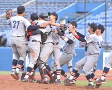 【関西大―慶応大】優勝し、喜ぶ慶応大の選手ら=神宮