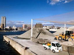 年内にも廃止されることが決まった公共ふ頭の砂利揚げ場=明石港