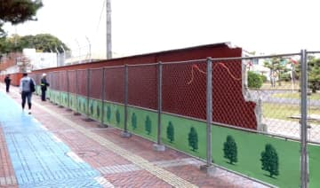 解体作業が進む、海上自衛隊呉教育隊のれんが色のブロック塀