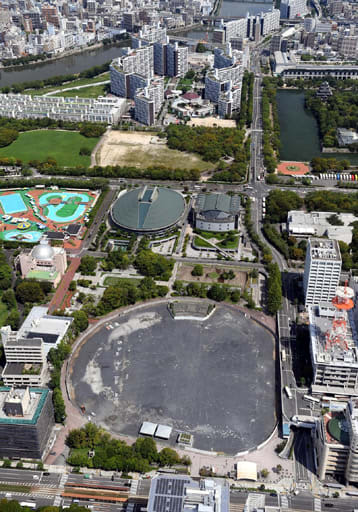 広島市が再整備の方針を明らかにした中央公園一帯。手前は旧市民球場跡地