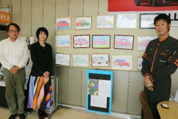 筋ジスで闘病中の竹中昴さんが描いた下絵に小学生が色を塗った作品=別府市のトヨタカローラ大分別府店