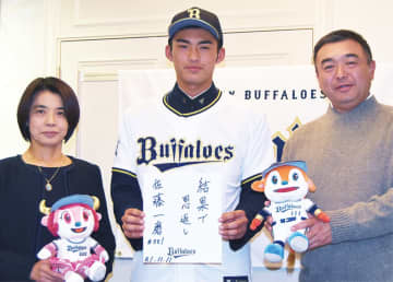 佐藤投手(中央)と父・大磨さん、母・真理子さん