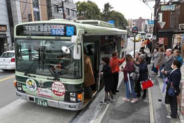 「前乗り後ろ降り」方式が導入された100号系統の京都市バス(京都市東山区)