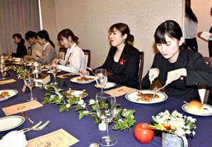 学生が企画した洋食レストランを楽しむ来場者