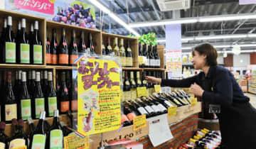 「ボージョレ」解禁を前に、発売準備が進むいちいリカーズ酒蔵の店内=20日、福島市