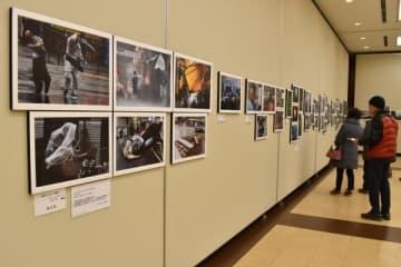 【第44回「視点」展の入賞・入選作品が並ぶ会場=津市羽所町のアスト津5階で】