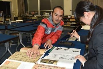 【書道部員を指導する岸本さん(左)=尾鷲市古戸野町の尾鷲高校で】