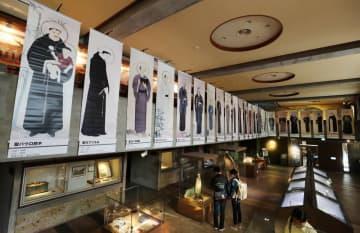 岡山聖虚が描いた「二十六聖人肖像画」(複製)の展示=長崎市西坂町、日本二十六聖人記念館