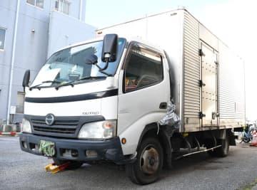宮田さんがひき逃げされたとみられる2トントラック=20日午後、千葉市稲毛区の千葉北署