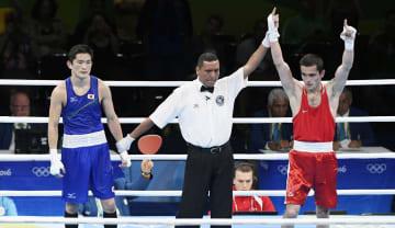 リオデジャネイロ五輪のボクシングで、判定勝ちした選手の手を上げるレフェリー=2016年(共同)