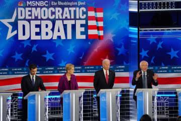 20日、米アトランタで開かれた民主党の候補者討論会に出席した(右から)サンダース氏、バイデン氏、ウォーレン氏、ブティジェッジ氏(ロイター=共同)