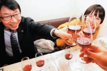 ボージョレ・ヌーボー解禁に合わせ、乾杯する愛好家たち=21日午前0時、大分市府内町のワインカフェ・ヴァンチャット