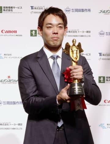 「ゴールデンスピリット賞」に選ばれ、トロフィーを手にする西武の秋山=21日、東京都港区