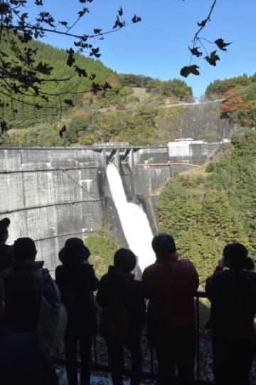 勢いよく流れ出る水に多くの参加者が見入った上椎葉ダムの観光放流