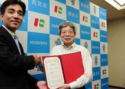 西宮市の政策アドバイザーに就任した平田オリザさん(右)=西宮市役所