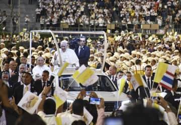 タイの首都バンコクの国立競技場で人々の歓声に応えるローマ法王フランシスコ=21日(共同)