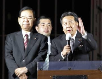 街頭演説する立憲民主党の枝野代表(右)と共産党の志位委員長(左)=21日午後、高知市