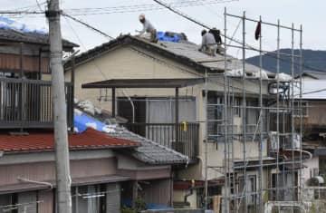 竜巻で被災した住宅で進む屋根のふき替え=21日午後、延岡市昭和町1丁目