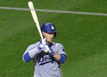 Yasmani Grandal with the Los Angeles Dodgers in 2017 (TonyTheTiger/Wikipedia)