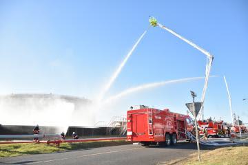 総合防災訓練で、関係者らが連携して消火活動に当たった=神栖市東和田のJERA鹿島火力発電所