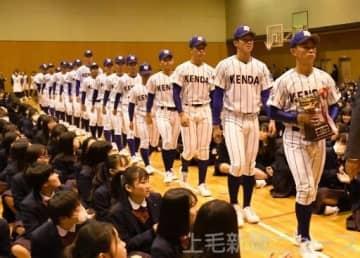 準優勝カップを手に、体育館を行進する健大高崎の選手たち