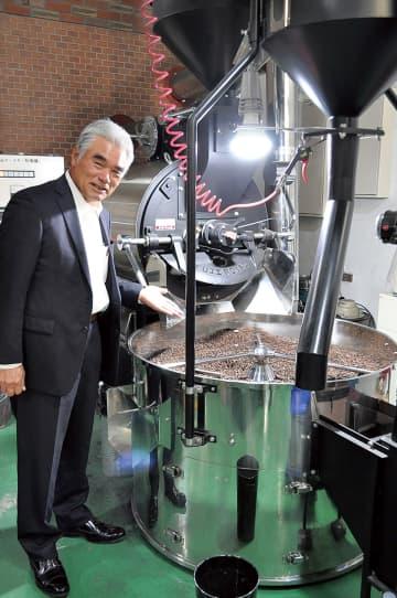 焙煎工場を案内する平井社長。工場見学もできる