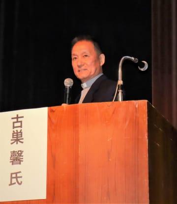 講演する古巣神父=長崎市上町、NBCビデオホール