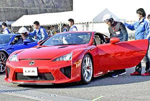 高性能スポーツカー「レクサスLFA」の試乗など、ものづくりの魅力を伝えるイベントで若者の感性を育てる =16日、いわき市小川町