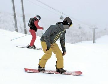 初滑りを楽しむ人たち