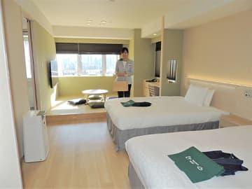 眺望が楽しめる和洋室。関西のお茶の飲み比べセットを用意する=大阪市淀川区