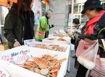 鳥取県で水揚げされたカニが並ぶ会場=21日、箕面市箕面6丁目の箕面郵便局