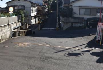 二つのコンクリートブロックが撤去された私道=長崎市青山町