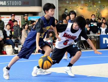 熱戦を繰り広げる選手たち=JR長崎駅かもめ広場