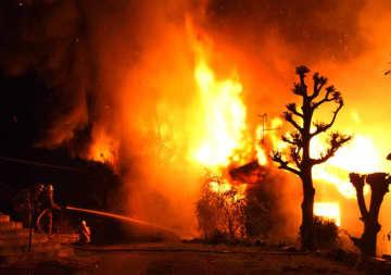 福岡・飯塚市で火災、4棟全焼 2人搬送、命に別条なし