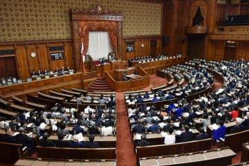改正外為法が全会一致で可決、成立した参院本会議=22日午前