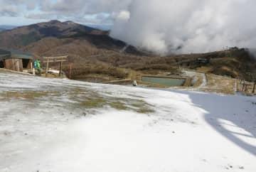 雪化粧した比良山系の蓬莱山頂一帯(21日午前10時35分、大津市)